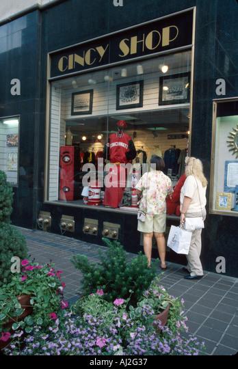 Ohio Cincinnati Fifth Street Cincy Shop window shoppers - Stock Image