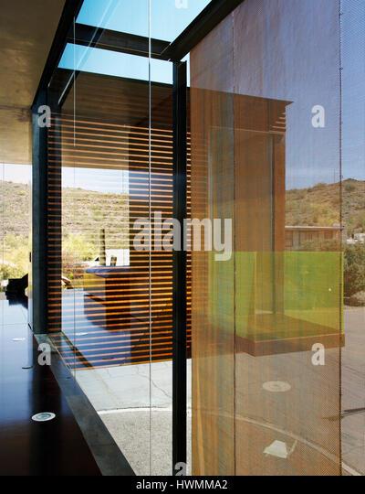Detail of corridor along glass wall on the second floor. Xeros House, Phoenix, United States. Architect: Blank Studio, - Stock-Bilder