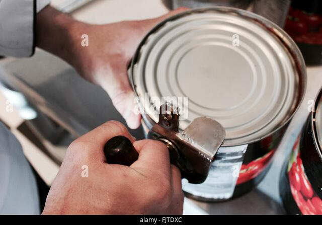 hand can opener how to use