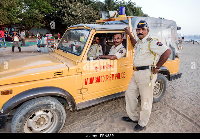 India Asian Mumbai Girgaon Marine Drive Chowpatty Beach public Arabian Sea tourism police security vehicle - Stock Image