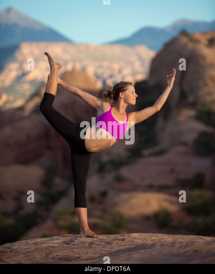 Young woman doing yoga, Moab, Utah, USA - Stock Image