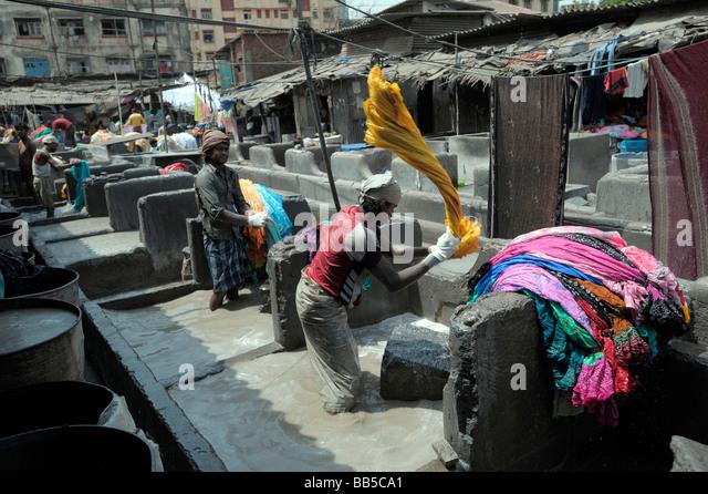 Dhobi flogging laundry in Dhobi Ghats, Mumbai, India - Stock-Bilder