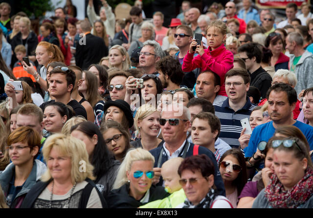Karlovy Vary, Czech Republic. 9th July, 2015. Audience wait in front of hotel Thermal for arrival of Irish actor - Stock-Bilder