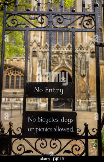 The University city of Cambridge in England with a decorative gate and sign - Stock-Bilder