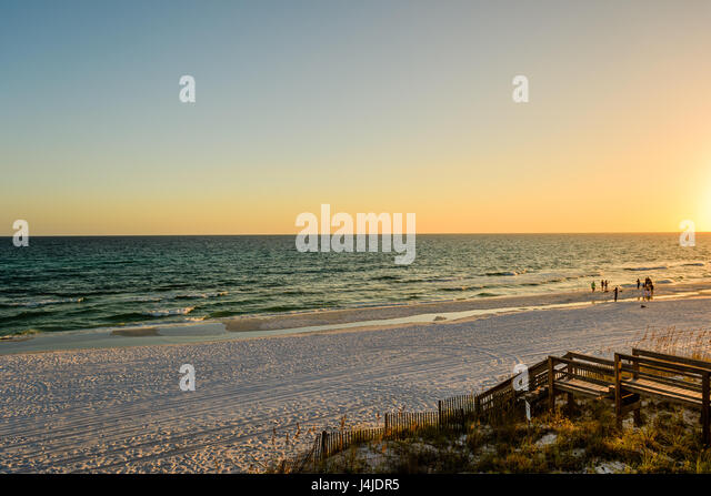 Sunset along the white sandy beach of Destin, Florida, on the Gulf of Mexico. - Stock Image