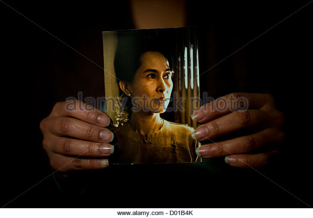 A Burmese women holds up a photograph of Burma's democracy icon and leader of the National League for Democracy - Stock-Bilder