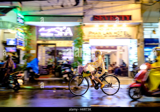 Cyclist in a Ho Chi Minh city sttreet - Stock-Bilder