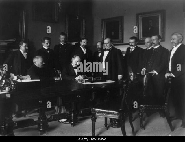 William R. Day signing of the peace protocol of the Spanish-American War, on Aug. 12, 1898. President William McKinley - Stock Image