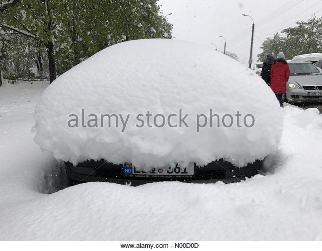 Strada Liviu Deleanu 3, Chi?in?u, Moldova. 21st Apr, 2017. Chi?in?u, Moldova - April 21, 2017: Heavy snowfall in - Stock-Bilder