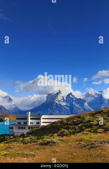 Chile, Patagonia, Torres del Paine National Park (UNESCO Site), Cuernos del Paine peaks and Luxury Hotel Explora - Stock-Bilder