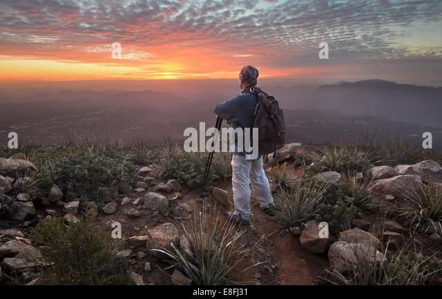 USA, California, Cleveland National Forest, Tourist looking at sunset from Viejas Mountain - Stock-Bilder