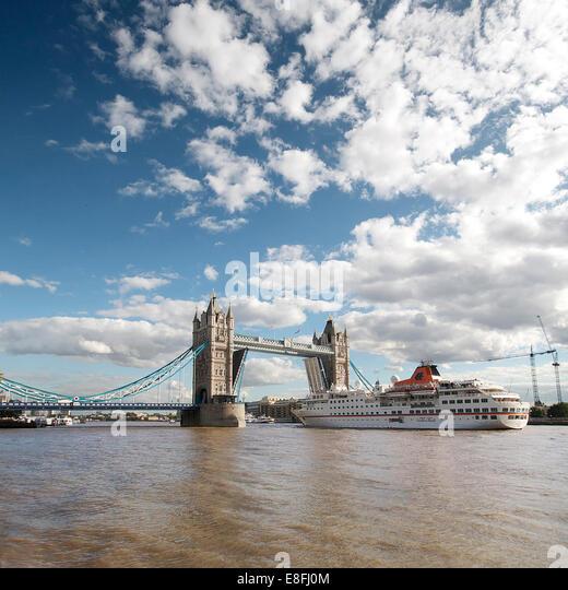 UK, London, Ship sailing through Tower Bridge - Stock Image