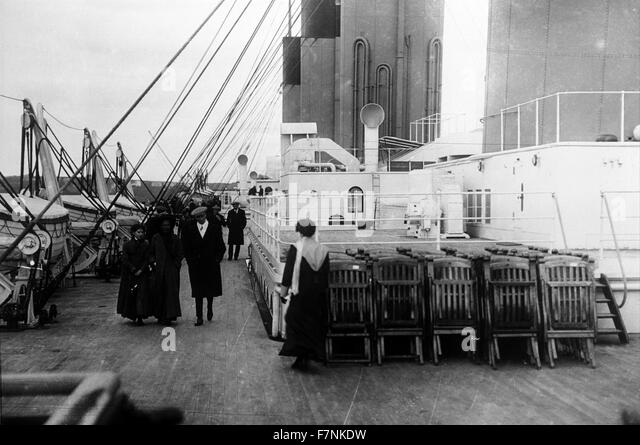 Passengers walk on the deck of the SS Titanic 1912 - Stock-Bilder