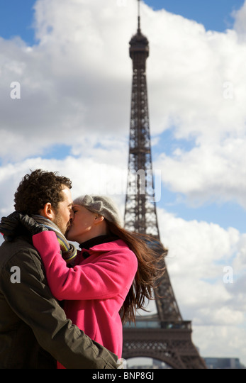 Couple kissing in front of the Eiffel Tower - Stock-Bilder