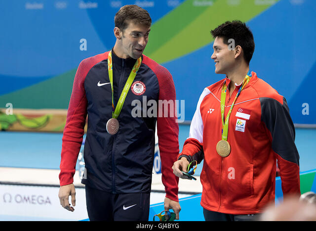 Rio de Janeiro, RJ, Brazil. 12th Aug, 2016. OLYMPICS SWIMMING: Silver medal winner Michael Phelps (USA) talks to - Stock-Bilder