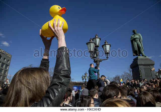 Moscow, Russia. 26th Mar, 2017. A woman raises a rubber duck as thousands participate in an unauthorized anti-corruption - Stock-Bilder