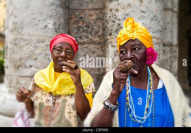 Old Cuban Ladies posing with Cigar, Havanna Cuba - Stock Image