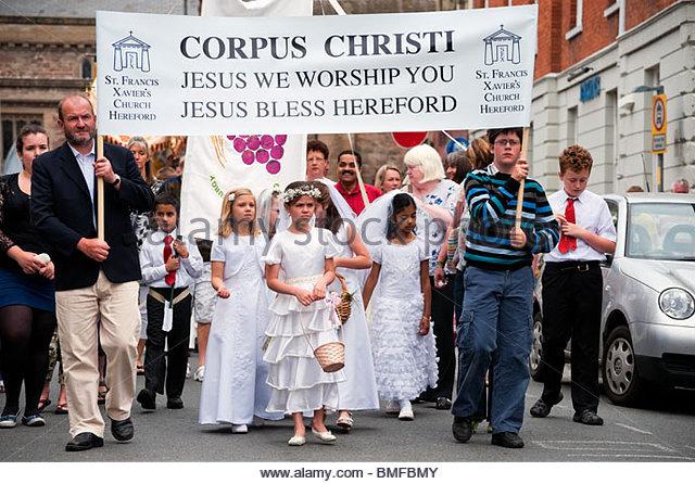Catholics on parade to mark the festival of Corpus Christi. Catholic procession through Hereford City Centre, Herefordshire, - Stock-Bilder