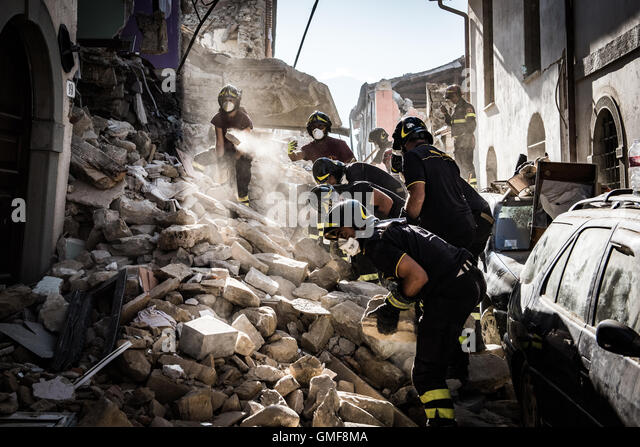 Ametrice, Italy. 26th Aug, 2016. Rescuers clear debris in Ametrice after Earthquakes Credit:  Szymon Barylski/Alamy - Stock-Bilder