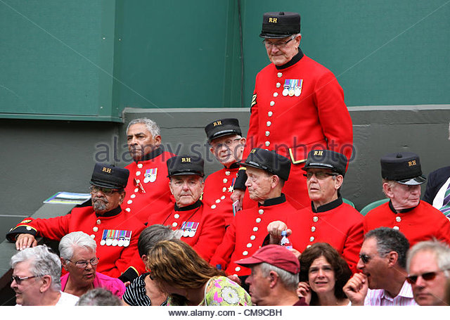 28/06/2012 - Wimbledon (Day 4) - Chelsea Pensioners watch the action in their red uniforms - Photo: Simon Stacpoole - Stock-Bilder