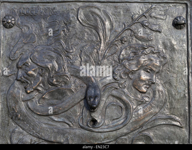 Bronze plaque on Fountain in Edinburgh City near site of witch burning. By John Duncan. - Stock Image