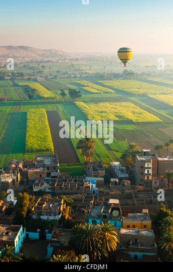 Ballooning over village near the Valley of the Kings, Thebes, Upper Egypt, Egypt, North Africa, Africa - Stock-Bilder