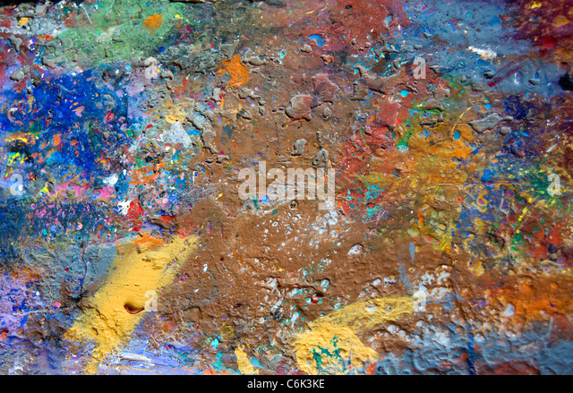 Abstract paint splatters on workshop bench at wood carving workshop in Oaxaca, Mexico - Stock-Bilder