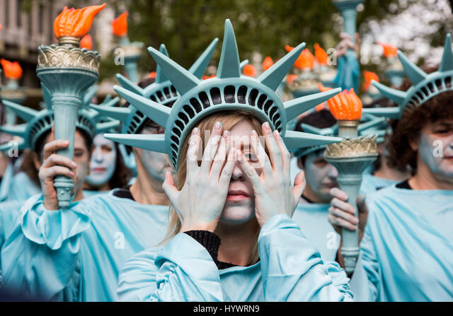 London, UK. 27 April 2017. One hundred Statues of Liberty assemble outside the US Embassy in Central London to mark - Stock Image
