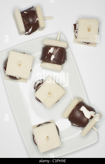 Cream puff skewers, close up. - Stock-Bilder