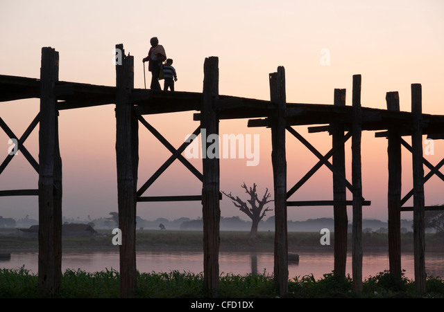Silhouette of footbridge of 1060 poles, Amarapura, Mandalay Division, Myanmar, Asia - Stock-Bilder