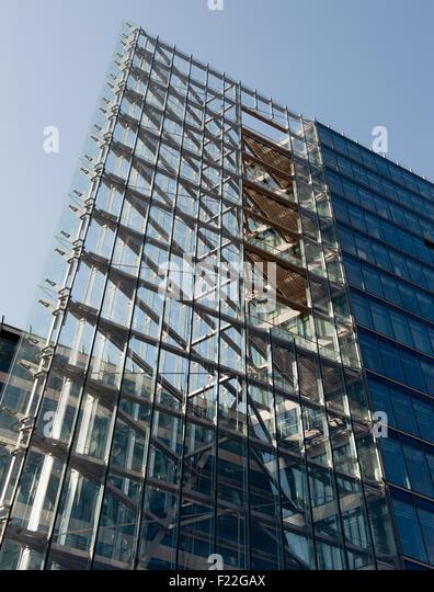 Modernes Hochhaus aus Stahl und Glas - Stock-Bilder