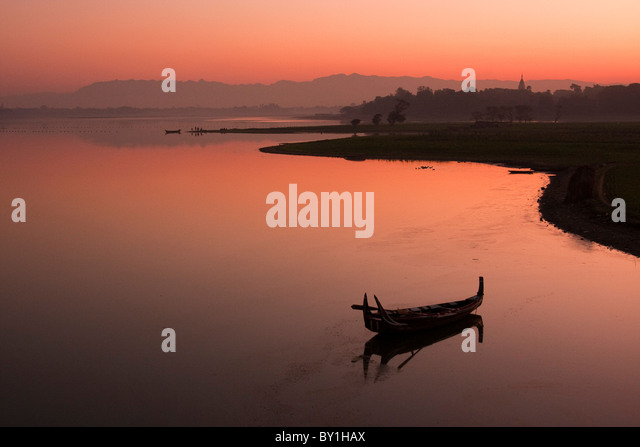 Myanmar, Burma, Amarapura. Sunrise at Taungthaman Lake, Amarapura, with Kyauktawgyi Pagoda just visible above the - Stock-Bilder