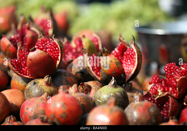 Pomegranates for sale in the markets of Old Delhi India - Stock-Bilder