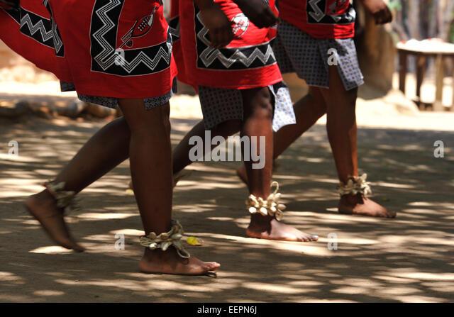Synchronised leg and foot movement of three Swazi women dancers during traditional dancing show Matsamo village - Stock-Bilder