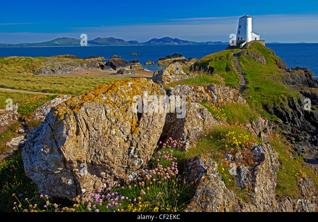 Twr Mawr Light at the southern entrance to the Menai Strait within the Llanddwyn Island National Nature Reserve - Stock Image