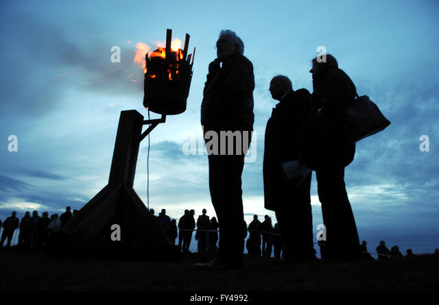 Kington, Herefordshire UK. 21st April, 2016. Dignatories in silhoutte against a Beacon lit to celebrate the Queen's - Stock Image
