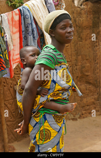 Mother carrying baby on back, Mognori village, Ghana - Stock Image