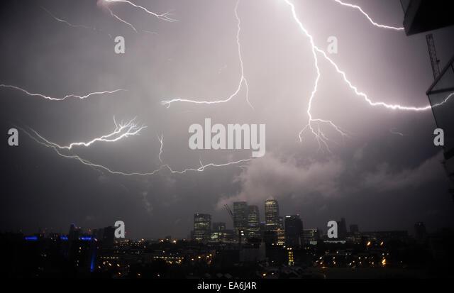 UK, London, Thunder and lightening above Canary Wharf - Stock Image