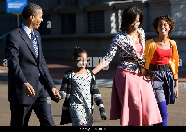 President Barack Obama, First Lady Michelle and daughters Sasha and Malia walk along Pennsylvania Avenue.  - Stock-Bilder