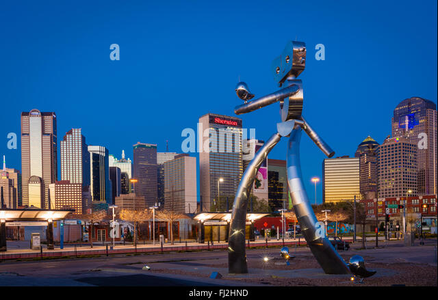 Metal sculpture 'Traveling Man', in the Deep Ellum neighborhood of Dallas, Texas - Stock Image