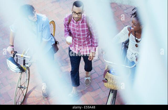 Friends walking on city street - Stock Image