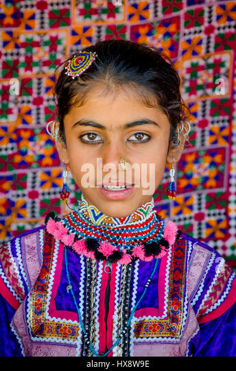 KUTCH, GUJARAT, INDIA - DECEMBER 27, 2016: Closeup of an unidentified beautiful young girl with traditional embroidered - Stock-Bilder
