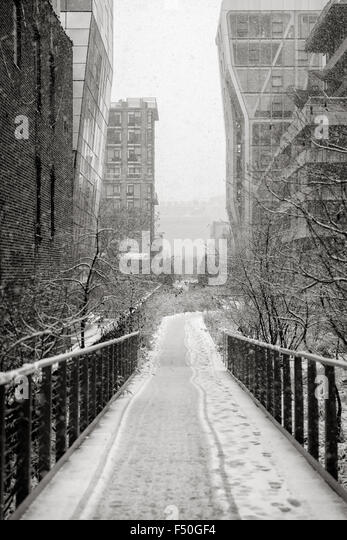 Chelsea High Line during a snowfall. Winter view of Manhattan's aerial greenway in the heart of New York City - Stock Image
