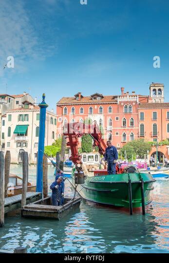 Maintenance barge repairing mooring posts on the Grand Canal, Venice. - Stock-Bilder
