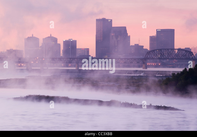 USA, Kentucky, Louisville, City Skyline along Ohio River - Stock-Bilder
