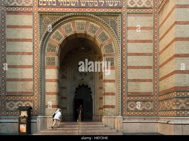 A Jewishman entering the  Synagogue  in Budapest Hungary - Stock Image