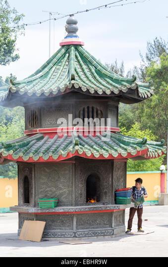 Burning prayers, Tua Pek Kong Chinese Temple, Miri, Sarawak, Malaysia - Stock Image