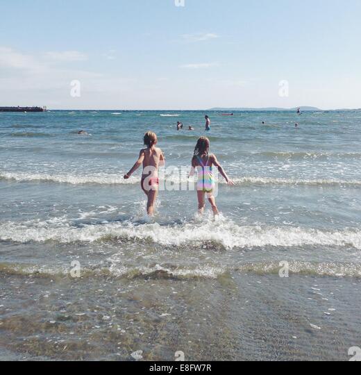 Norway, Happy children (10-11, 12-13) at seaside - Stock Image