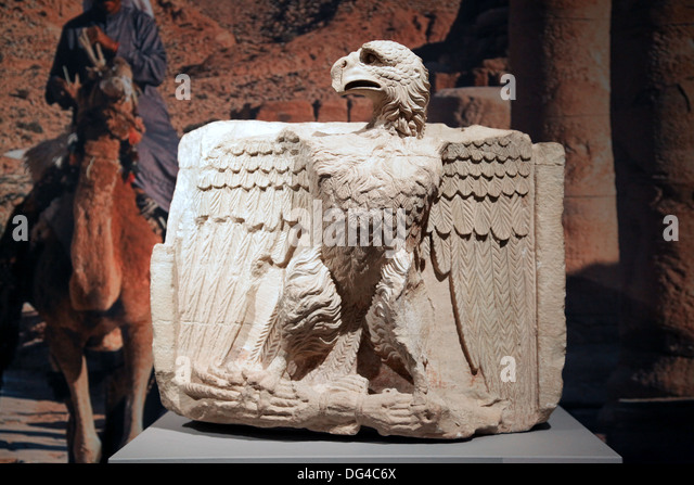 Eagle relief.Archaeological Antiquity.Depicting an eagle on a lightning bolt.Found in Petra.Jordan.Limestone, 1st - Stock-Bilder