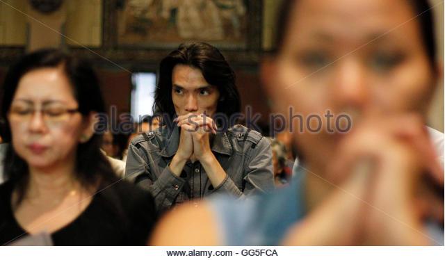 Indonesian Catholics pray during Good Friday mass at Jakarta's main cathedral April 6, 2012. REUTERS/Supri (INDONESIA - Stock-Bilder